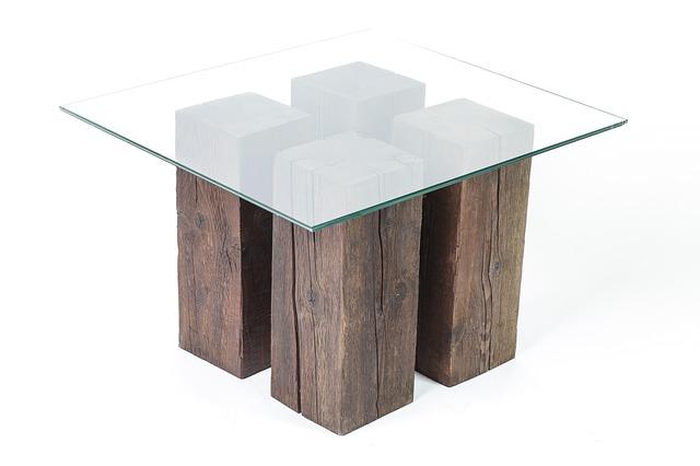 dřevěný stůl ze čtyř hranolů
