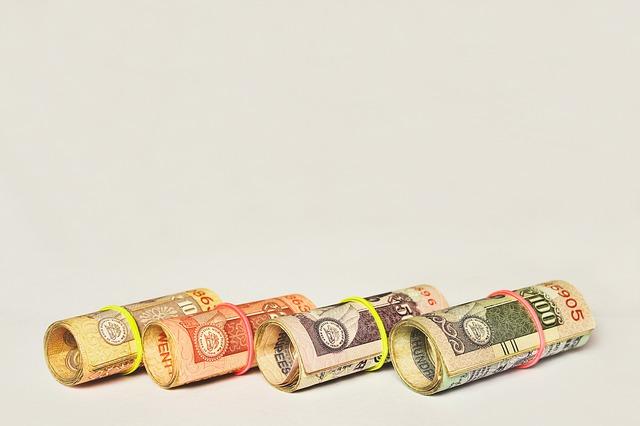 čtyři roličky bankovek