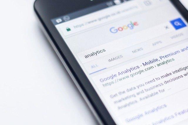 internetový vyhledávač na displeji mobil